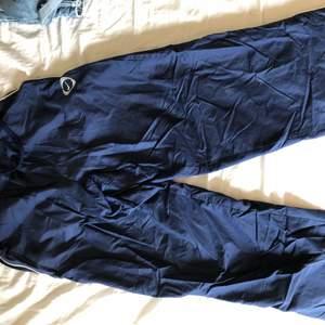 Säljer nu dessa Nike byxor från nordsol. Jätte fina. Har knappt använts 👍🏼 byxorna har en dragkedja vid benen, som ni ser på bilden. Kan mötas upp i kalmar. Köparen står för frakten😇 priset kan diskuteras👍🏼❤️