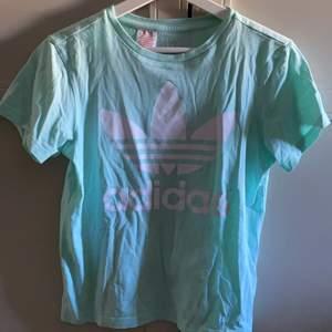 En super fin t-shirt med ett vitt tryck på framsidan. Jätte fin sommarfärg. Använd få gånger så fortfarnade i bra skick.