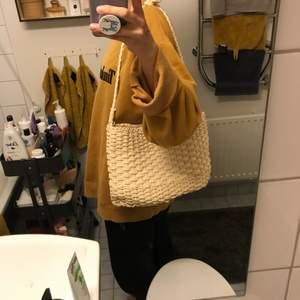 Flätad väska köpt i Italien som man kan dra igen upptill (bild två) så inga saker försvinner! Nyskick och helt fräsch inuti💕