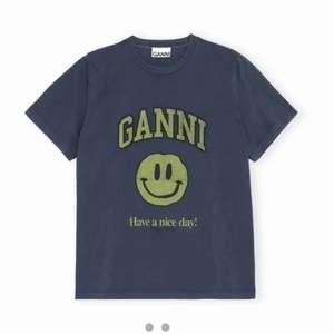 Söker denna ganni t-shirt 😊 xs- s funkar. Skriv jätte gärna till mig ifall du säljer denna för ett bra pris och bra skick🥰