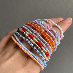 Säljer handgjorda armband 🌸 Utan blommor för 30kr st, 80kr för 3st.   Armband med blommor runt hela kostar 100kr st (se tidigaste annonsen).   Armband med blommor runt hela men med mellanrum kostar 60kr st. Färgval och storlek är helt upp till dig! Gjorda i elastiskt band 🥰 skynda fynda färgglada smycken till sommaren! 🌸🌸🌸 frakt kostar 12kr