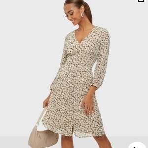 Säljer denna superfina klänningen från vero moda! Inköpt på nelly och är oanvänd då jag inte tyckte den passade mig, säljer för samma pris jag köpte den för! Helt slutsåld🥰