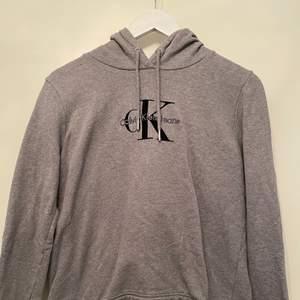 Hoodie från Calvin Klein i mörkgrått. Inte använd så många gånger men är väldigt stilren. Kommer inte till användning längre därför söker den en ny ägare. Inga märken eller defekter!