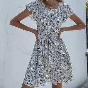 Klänningen har skärp som framhäver midjan men det går även att ta av! Jättefint skick, strl S. Köparen står för frakten💗