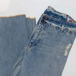 Säljer dessa snygga blå jeans, från gul & blå, bra kavlite och skick, väldigt långa!, köparen står för frakt💓💓