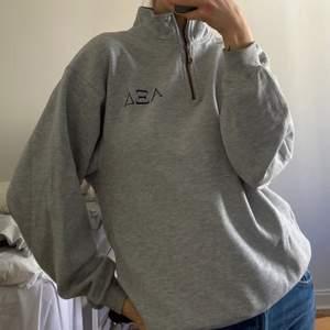 Mysig grå sweatshirt med 3/4 dragkedja! Hoodien är i jättebra skick och säljer då den ej kommer till användning 💕 Passar S/M