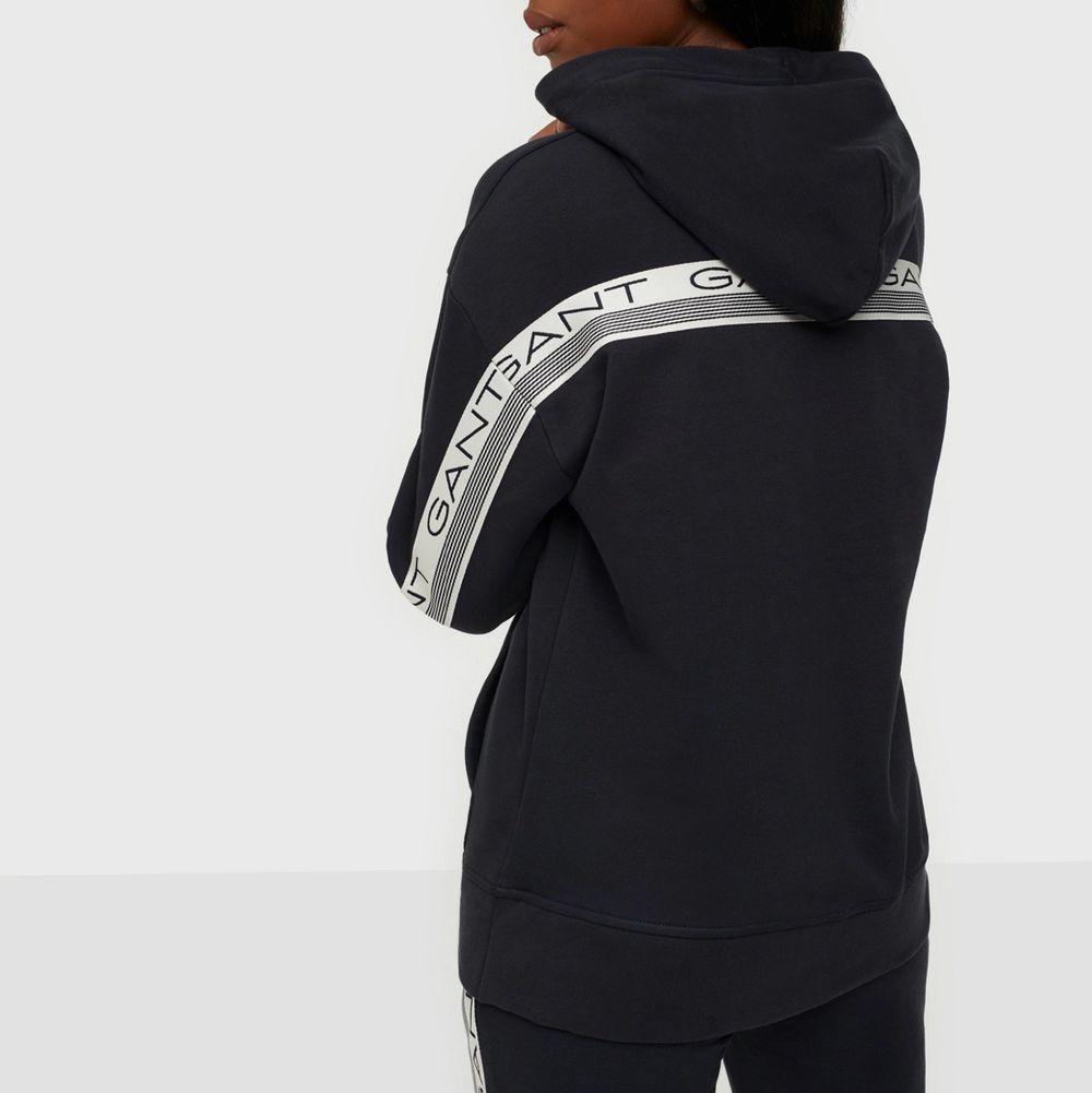 Söker efter denna koftan i färgen svart eller marinblå som på bilden. Storlek XS eller S, för ett bra pris . Huvtröjor & Träningströjor.