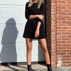 Snygg och stilren alinjeformad klänning ifrån Monki, passar en S. Så bra basicplagg att ha! Bara att höra av sig vid frågor & kolla gärna in mina andra annonser!🌼