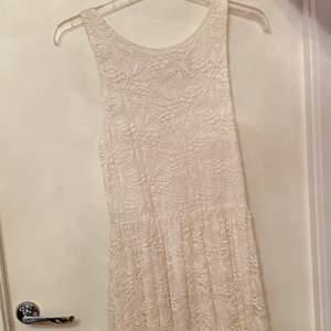 En jätte fin och oanvänd klänning från Lindex köpt för 249. Den är ganska lång i längden och är i storlek M men passar även S. Den är köpt 2018. Skriv för bättre bilder och priset kan diskuteras