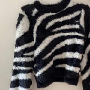 Säljer min super fina zebra tröja ifrån ivyrevel, aldrig använd. Säljer för 170 + frakt. Skriv för mer information💓