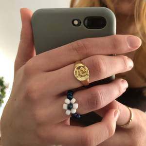 Jättefin ring pärlad av min syster! Hon gör gärna i andra färger och specifika storlekar vid intresse☺️ Frakt ingår i priset!