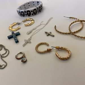 Guld och silver accessoarer    Örhängen halsband armband mm.