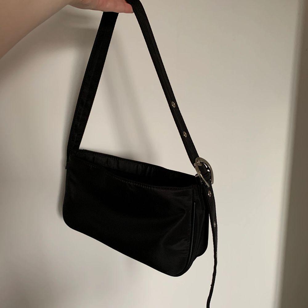 Jättefin baguettväska från GinaTricot. Jätte rymlig och trendig:) Använd men som nyskick! 130kr plus frakt! Skriv för mer info och bilder . Väskor.