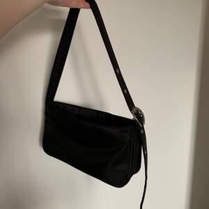 Jättefin baguettväska från GinaTricot. Jätte rymlig och trendig:) Använd men som nyskick! 130kr plus frakt! Skriv för mer info och bilder