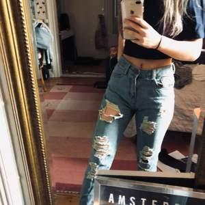 Klassiska boyfriend jeans med hål och slitningar, köpta för flera år sedan och inte använts.                              💛 BUDA NEDAN 💛