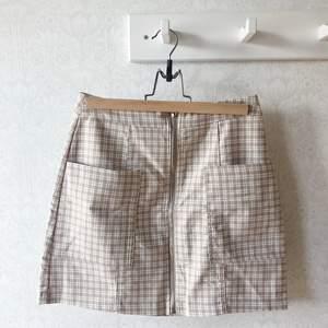 Super söt beige kjol som är super skön och stretchig i materialet.
