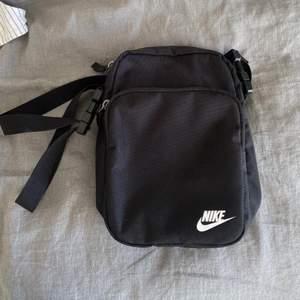 Liten väska från Nike, säljer då det inte är min stil.