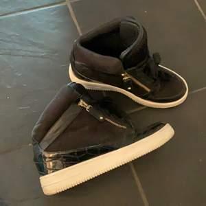 Svarta sneakers med liten kilklack. Använda fåtal gånger, inga skador. Köpta från Nelly