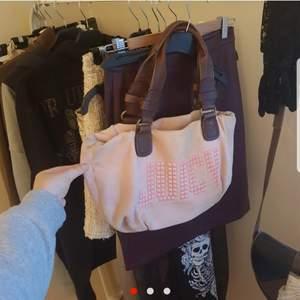 🥺Så himla snygg rosa väska🥺 Väska ifrån Juicy Couture med nittar. Mellan stor storlek och får plats med allt man behöver! Inget slitage!