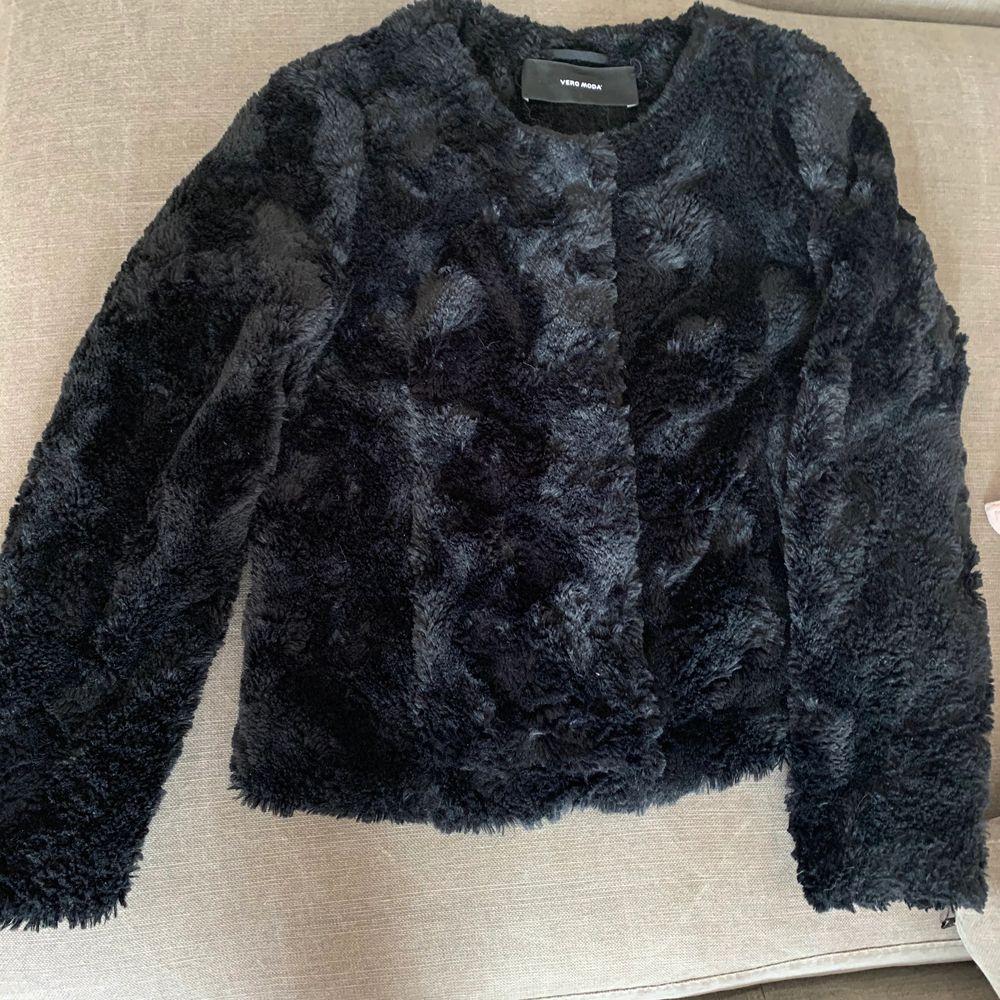 Jättesnygga vårjackor ifrån Vero Moda!  Den beiga jackan är oanvänd och den svarta är använd en gång! I storlek XS men passar även S! 100kr/st!. Jackor.