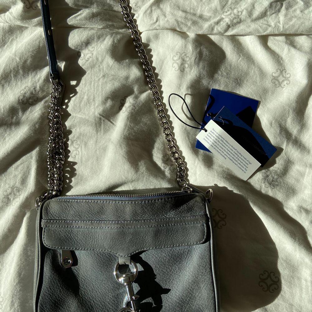 Säljer denna underbara one of a kind väskan från rebecca minkoff 😩💜 Säljs då den ej kommer till användning, kan försöka hitta kvitto men är ej säker om jag har kvar det men äktenhetsbevis tillkommer! I princip nyskick! Kan skicka fler bilder vid intresse💜. Väskor.
