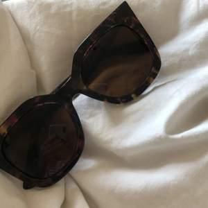 Skit coola glasögon som jag köpt för typ 2 somrar sen åå &otherstories! Men använt få gånger bara! Som nya! Köpte för 500kr! Kontakta vid intresse! Frakten kostar 66