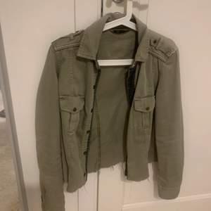 En militärgrön tunn jacka från Zara. Fickor på framsidan och går att knäppa fram. Lite croppad.💛💛