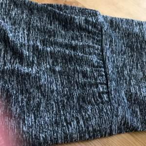 Ett par tränings tights som är köpta på plick. Riktigt snygga formar kroppen mer så att kurvor synliggörs. Säljer för att dom var för långa ❤️❤️