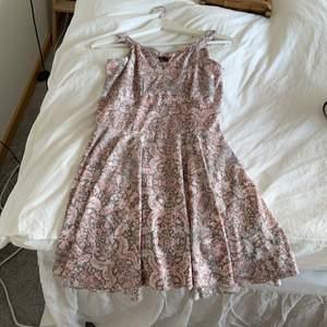 Jättefin mönstrad klänning i rosa/grå vit