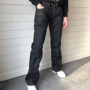 Lågmidjade jeans med slitningar Färg: svart Fler bilder? Kontakta oss!