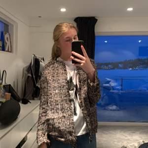 Jätte snygg vår/sommar jacka från HM, lite festligare men kan också kläs ner med jeans och en t-shirt/hoodie! Storlek 36, jag är vanligtvis 36 och det sitter super bra, nästan aldrig använd. Köptes för 250kr, säljes för 125kr