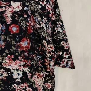 Härlig mönstrad tröja köpt på MQ. Kan mötas i Umeå eller skicka om köparen betalar frakten 🌟