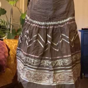längre (ungefär knähöjd, är ca 160 cm för reference) äldre mönstrig vila kjol, stora cottagecore vibes!! gott skick, har aldrig riktigt haft användning för den dock. tar emot bud och byte av andra klädesplagg, frakt och betalsätt diskuteras! <3
