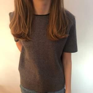 Säljer denna lite tjockare t shirt från Zara, jättefint mönster och knappt använd! Inga defekter.