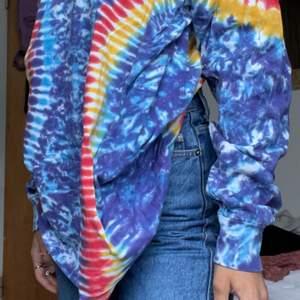 En färgglad långärmad tröja med batik färg!🤩