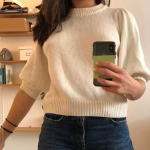 Vit stickad topp med puffärmar från Zara. Köptes på Gina Tricot för ca 2 år sedan. Storleken är M men jag har vanligtvis storlek S.
