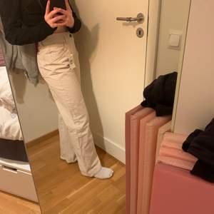Jättefina helt nya jeans från bershka i storlek 38. Skriv privat för fler bilder elr om det e något ni undrar. Pris kan alltid diskuteras, köpta för 300 säljer för 200+frakt🤍