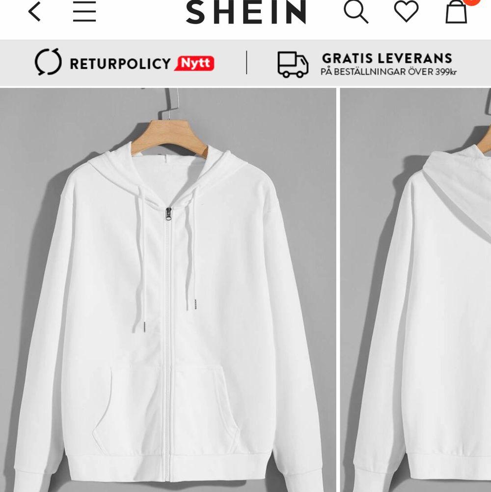 Säljer denna superfina vita zip up hoodie från shein, köpt för nån månad sen men använd Max 3 gånger. Storlek L o sitter fint oversize på mig som är S-M och 166, kan skicka egna bilder om önskas! Superbra material och slutsåld på hemsidan!💕. Huvtröjor & Träningströjor.