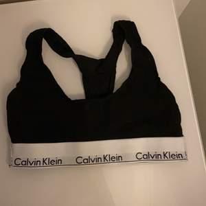 Oanvänd Calvin Klein topp i storlek xs. Säljer för att den inte kommer tills användning