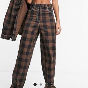 säljer dessa asballa kostymbyxor ifrån collusion! aldrig använda utan endast testade. säljes pga för stora! orginalpris: 349kr. gratis frakt 📦🤎