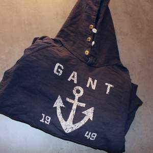 Go vintage Gant hoodie i gött skick! Storlek: MDirekt pris: 250kr, Skriv buden till mig privat eller kommentera på bilden! Buda med minst 5kr varje gång ✨(Alla bud är välkomna)Köpare står för frakten (Du bestämmer vilket paket så länge det uppfyller vikt och storleks kraven)