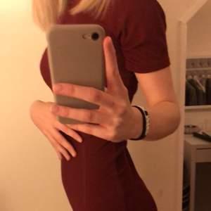 Superfin klänning från boohoo som sitter supersnyggt på🥰 använd fåtal gånger!! köparen betalar frakten eller så möts vi upp i Örebro