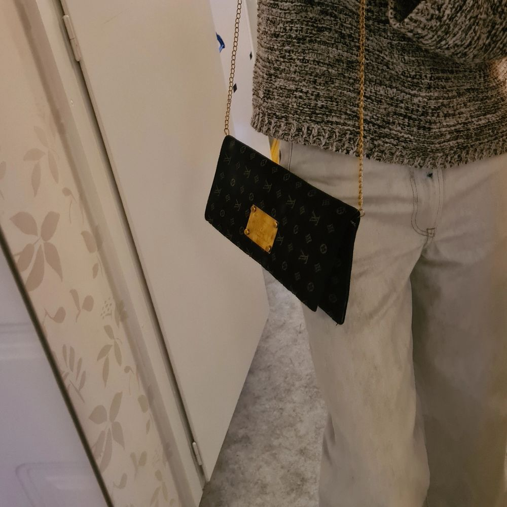 Clutch väska monogram small köpte den på en vintage butik har inte använt den. Vet inte om det är en äkta Louis voitton väska men det är så fin. Pris 300kr frakt tillkommer . Väskor.