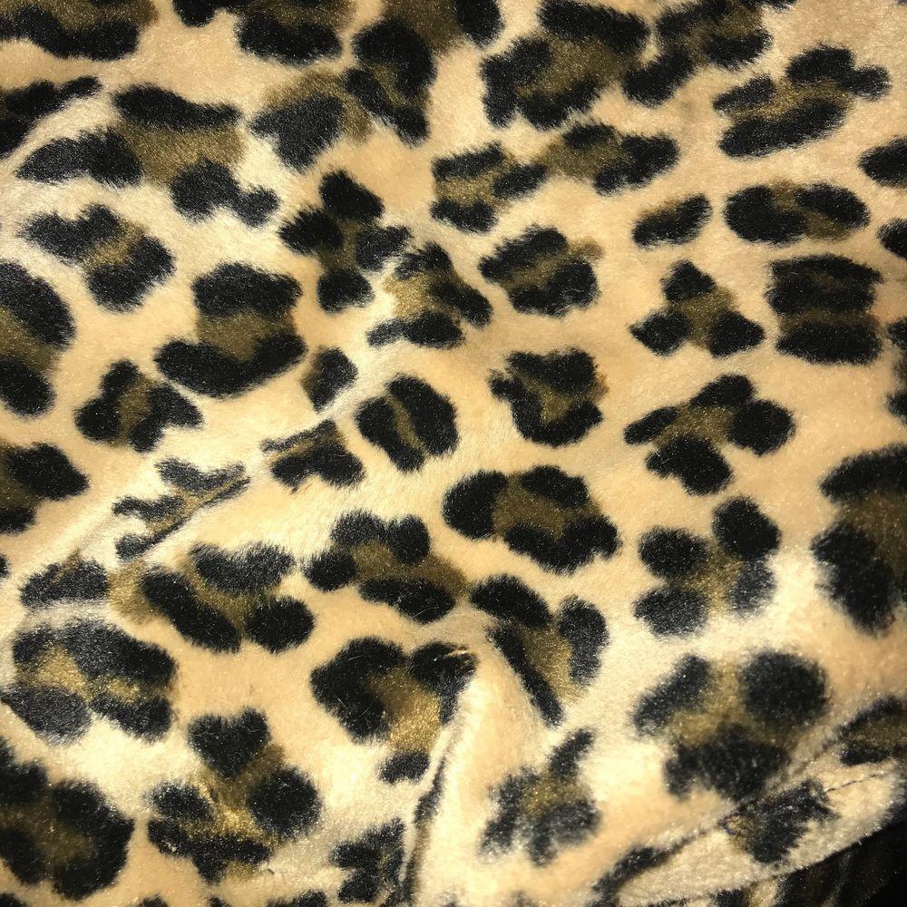 Säljer denna OTROLIGA leopardmönstrade/baskerliknande mössa. Vill egentligen inte sälja men den e för liten för mig då jag har så tjockt hår🥺 perfekt mössa med fint mönster, köpt second hand. Accessoarer.