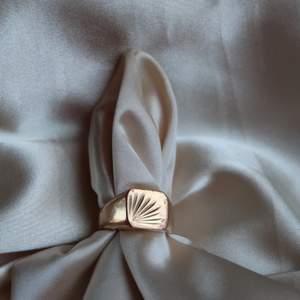 En snygg större ring som är guldfärgad är för stor för mig