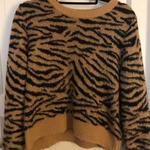 Denna stickade tröja i storlek S. Använd ett par fånge elen inga synliga tecken på att den är använd. Buda i kommentarerna💕