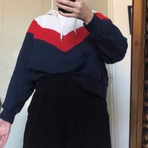 Flerfärgad croppad hoodie. Använd några gånger men i bra skick! Väldigt snygg till jeans! Passar allt från XS-M beroende på hur en vill att den ska sitta. Jag har storleken S i vanliga fall.