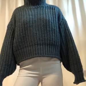 Grovstickad tröja från HM för någon säsong sen. Mörkgrön/aqua, polokrage, långa vida ärmar och något croppad. Sparsamt använd, lite noppor i tyget.