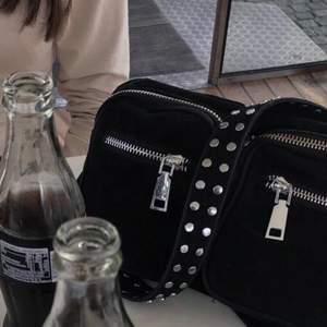 Säljer nu denna fina väska då den tyvärr inte kommer till användning. Den är använd ett fåtal gånger (lappen hänger kvar)! Den är väldigt rymlig och man får med ett längre axelremsband som är oöppnad samt dustbagen!🤗