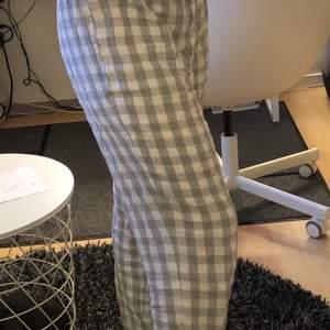 Säljer dessa grå rutiga pyjamas byxor från HM då de är lite stora för mig. Super sköna verkligen och väldigt fina, aldrig använda endast testade. Dock pyttelita noppriga men så var de redan när jag köpte dem